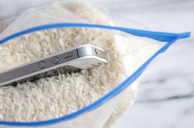 cara mengatasi hp kena air dengan beras