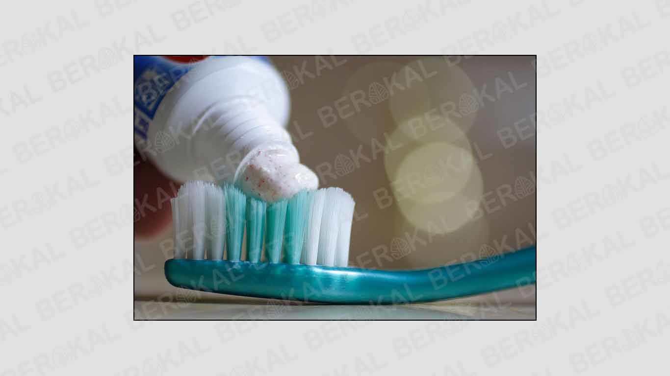 cara membersihkan silikon hp dengan pasta gigi
