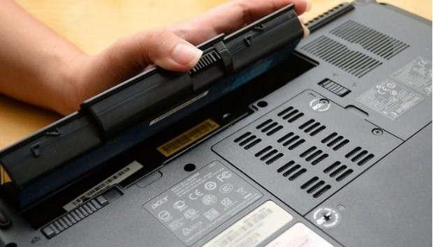 cara memperbaiki keyboard laptop dengan Cabut baterai Laptop